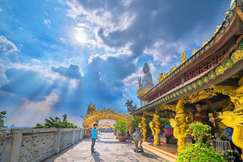 Budistas que rezam o buddha no pagode arquitetónico antigo fotografia de stock royalty free