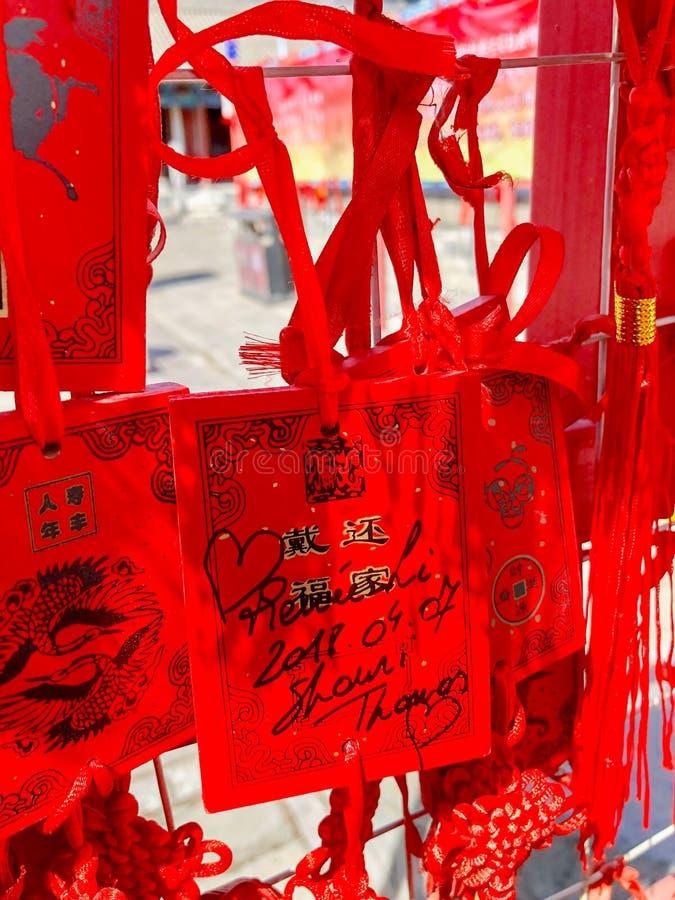 Budistas vermelhos que rezam e que penduram cartões de desejo tradicionais fotos de stock royalty free