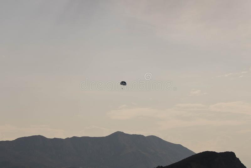 Budiver volando lejos en el cielo sobre las montañas foto de archivo libre de regalías