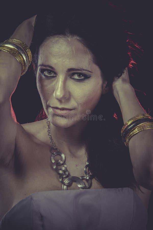 Budoar sinnlig maskerad kvinna, venetian maskering, brunettbarn arkivfoto