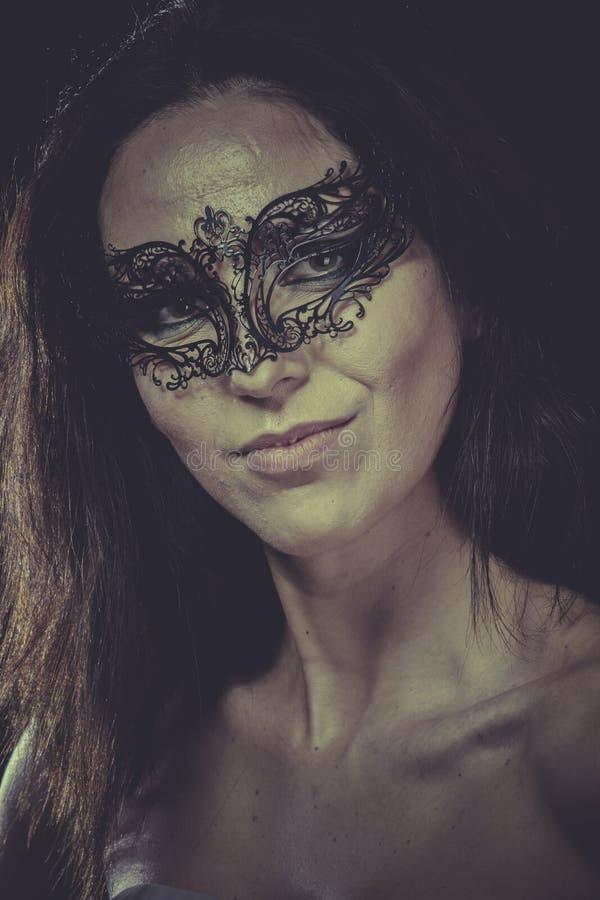 Budoar sinnlig maskerad kvinna, venetian maskering, brunettbarn arkivfoton