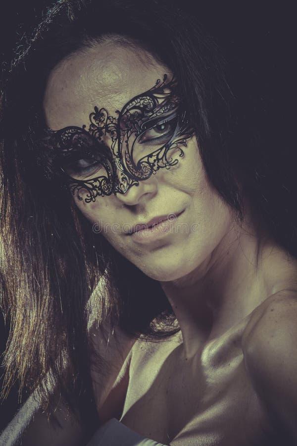 Budoar sinnlig maskerad kvinna, venetian maskering, brunettbarn royaltyfria foton
