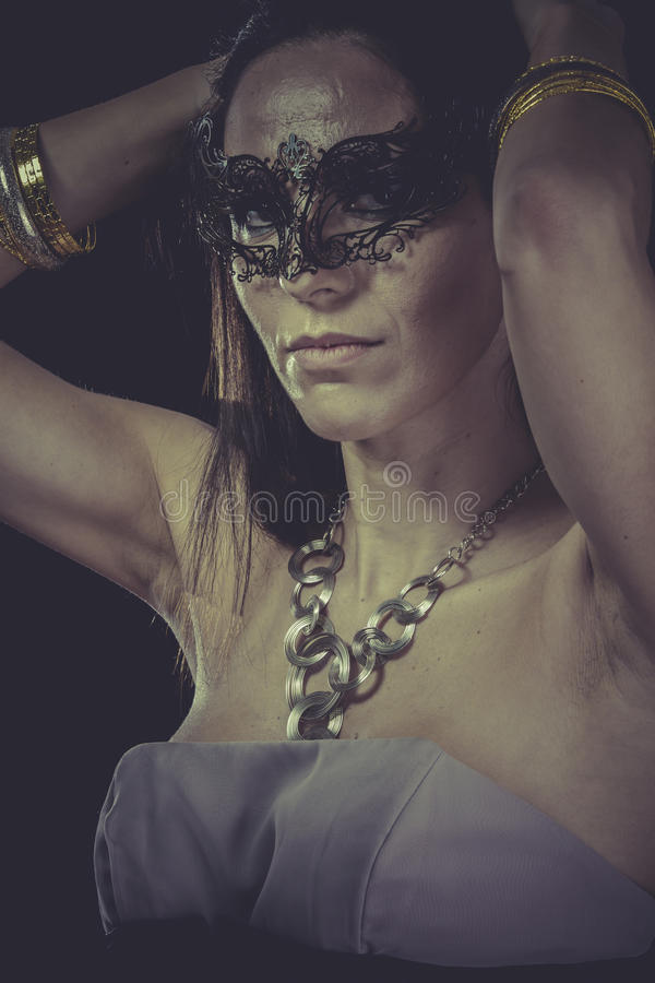 Budoar sinnlig maskerad kvinna, venetian maskering, brunettbarn royaltyfri fotografi