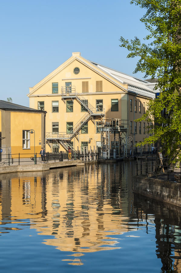 Budować i grobelny przemysłowy krajobrazowy Norrkoping obraz stock