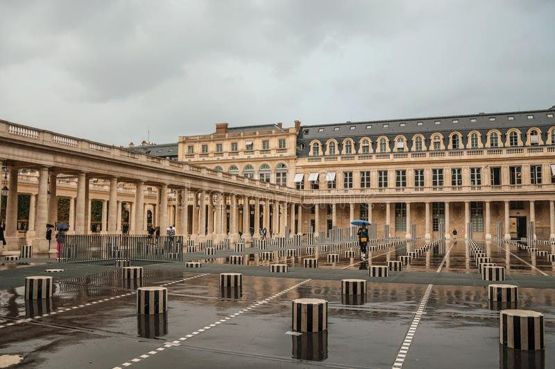 Budować i wewnętrzny podwórze na deszczowym dniu przy palais royal w Paryż zdjęcie royalty free
