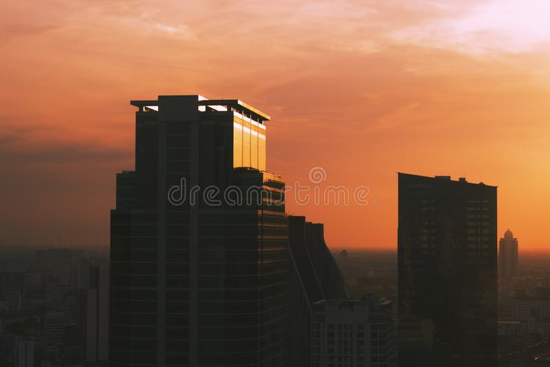 Budować w środkowym dzielnica biznesu zmierzchu tło i miasto zdjęcia stock