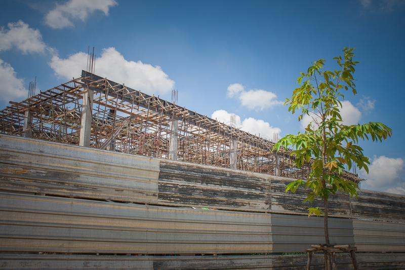 Budować w budowie w miejscu otaczającym z cynku ogrodzeniem obrazy royalty free