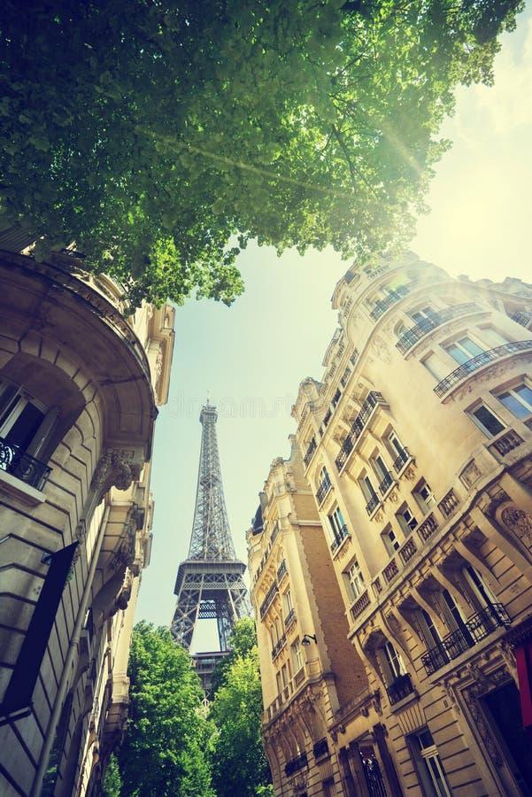 Budować w Paryskiej pobliskiej wieży eifla zdjęcia royalty free