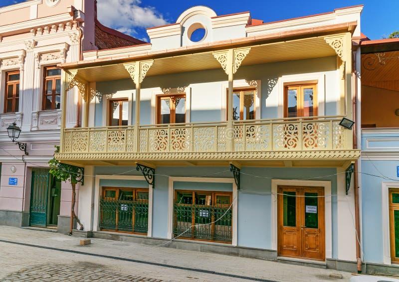 Budować z kolorowym rzeźbiącym drewnianym balkonem w Tbilisi Gruzja obrazy royalty free