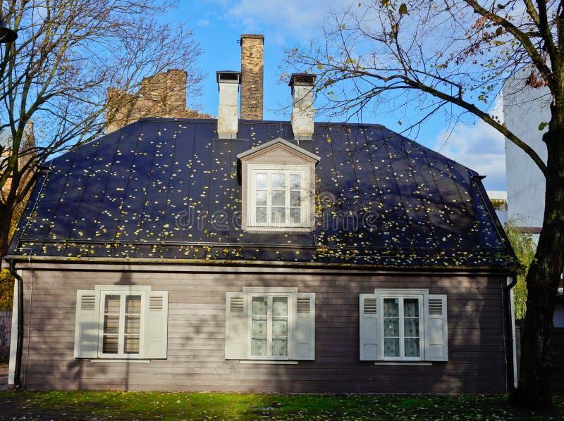 Budować z spadać liśćmi na dachu zdjęcie royalty free