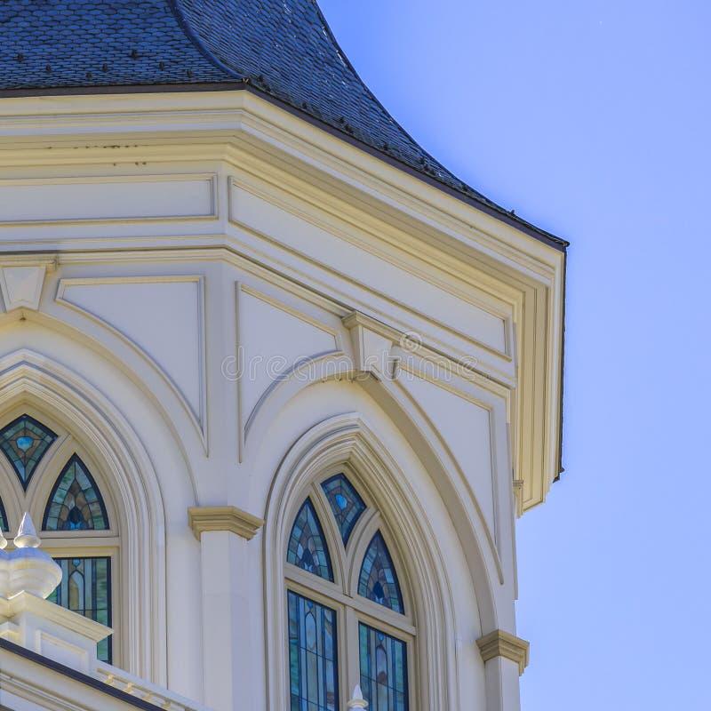 Budować z witrażem na łukowatych okno zdjęcie stock