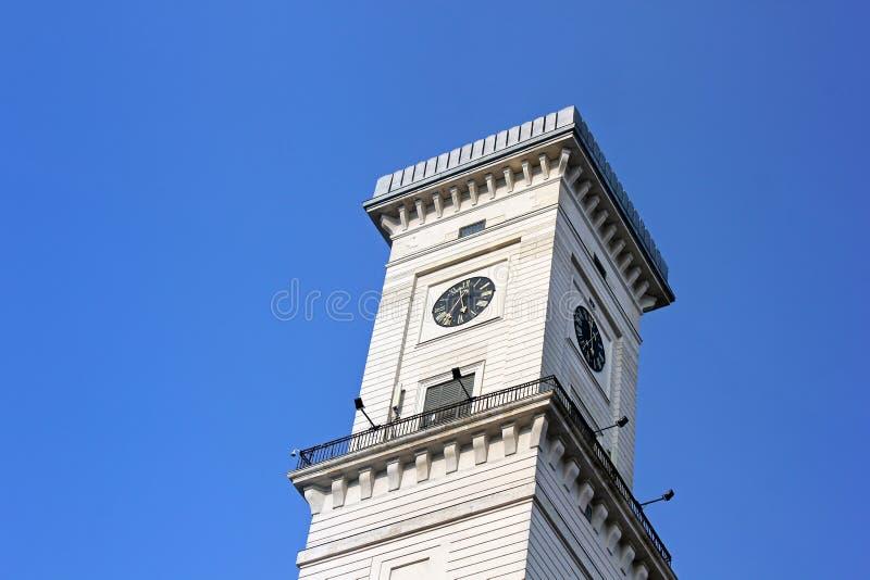 Budować z zegarem przeciw niebu zdjęcie royalty free