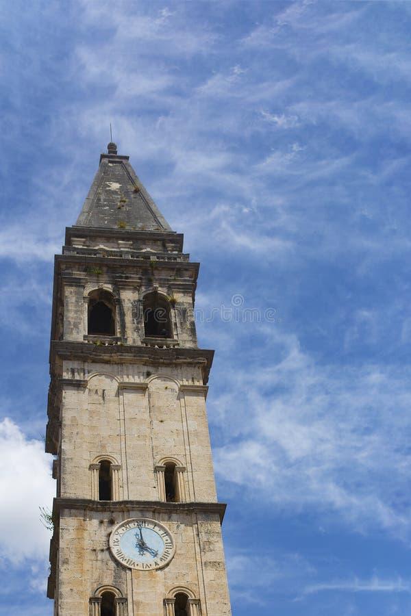Budować z zegarowy wierza przeciw niebu obraz royalty free