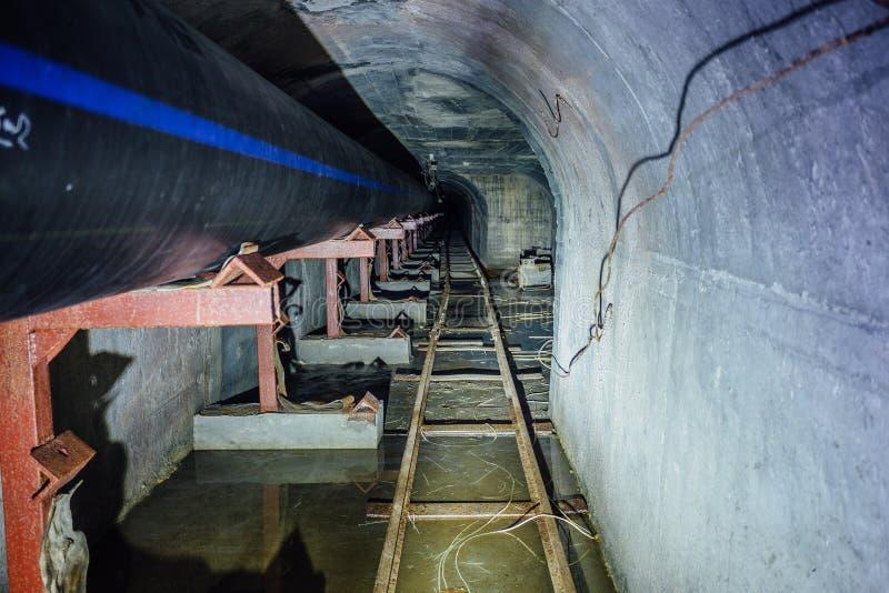 Budowa ściekowy rurociąg od klingeryt drymb w ściekowym tunelu z wymiernik koleją zdjęcia royalty free