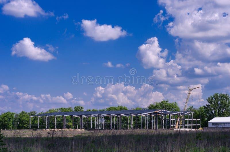 Budowa żelazny hangar w polu obraz stock