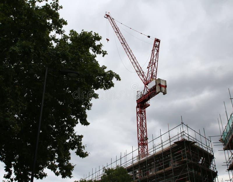 Budowa żuraw góruje na chmurnym niebie z niektóre tłem fotografia stock