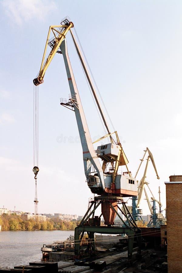 Budowa żuraw na nabrzeżu obraz stock