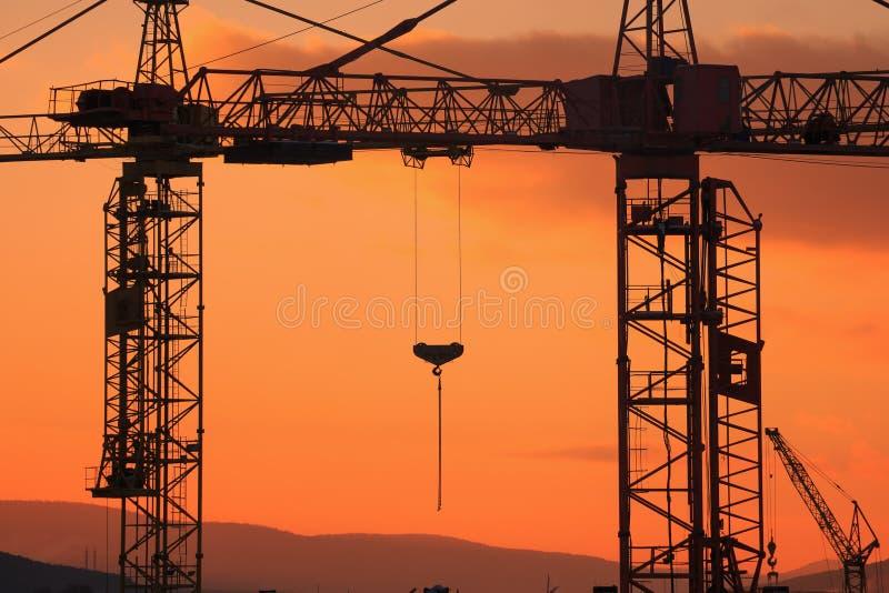 Budowa żuraw na zmierzchu tle zdjęcia stock