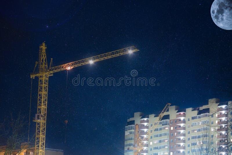 Budowa żuraw przy nocą zdjęcia stock