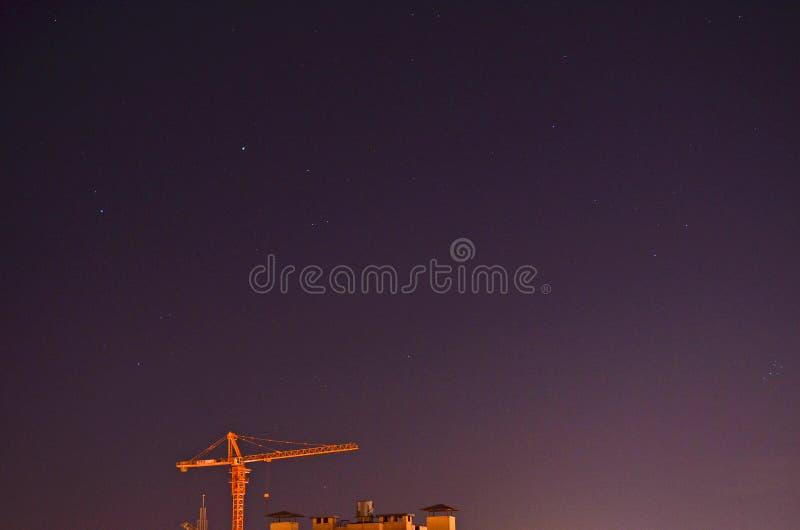Budowa żuraw w nocnym niebie fotografia stock