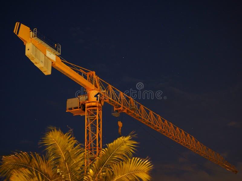Budowa żuraw w nocy obraz royalty free