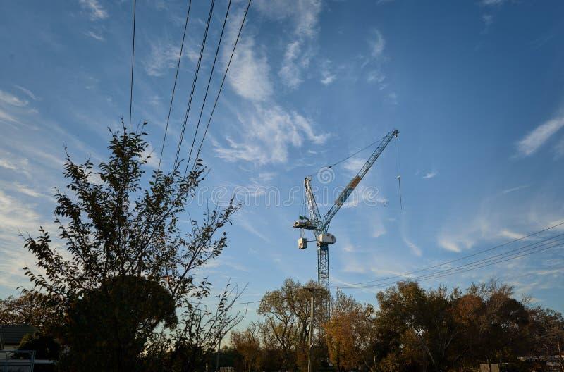 Budowa żuraw w podmiejskim położeniu zdjęcia royalty free