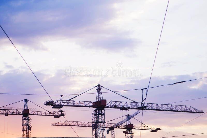 Budowa żurawie przeciw niebu przy zmierzchem obrazy royalty free