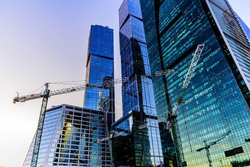 Budowa żurawie przeciw tłu międzynarodowy centrum biznesu «Moskwa miasto «na zima wieczór zdjęcie royalty free