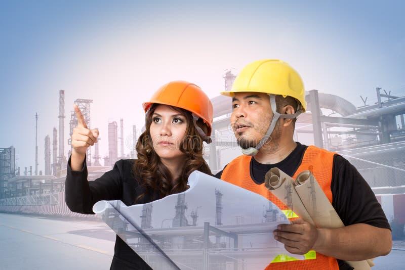 Budowa architekci lub inżyniery sprawdzają budynek zdjęcie stock