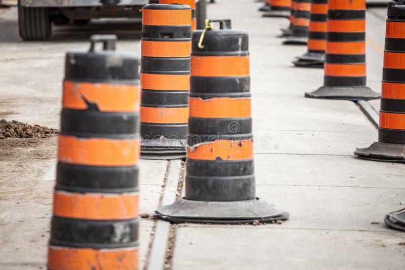 Budowa beczkuje, północnoamerykański styl na odświeżania miejscu na asfaltującej ulicie w centrum Toronto, Ontario, Kanada obrazy royalty free