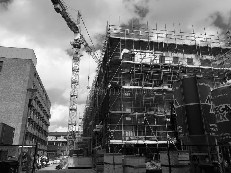 Budowa budynek budujący z dźwigowym czarnym bielem fotografia royalty free