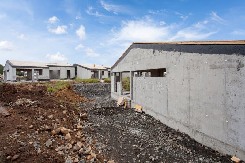 Budowa budynek nowy bielu betonu dom z niezupełnym drewnianym dachem zdjęcia royalty free