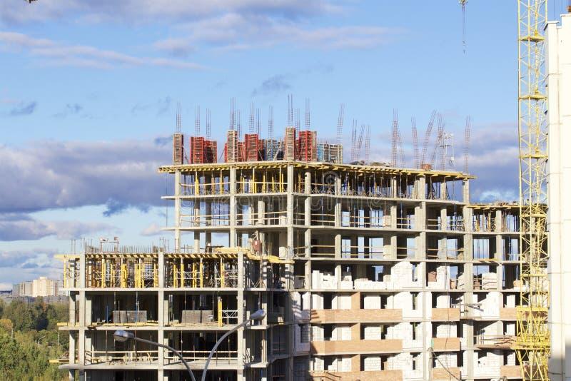 Budowa budynek Zbrojona beton rama Nasłoneczniony przeciw niebieskiemu niebu zdjęcia royalty free