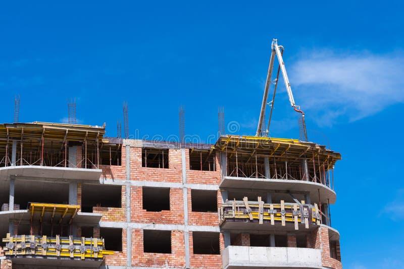 Budowa budynku pracy z samochód betonową pompą zdjęcie stock