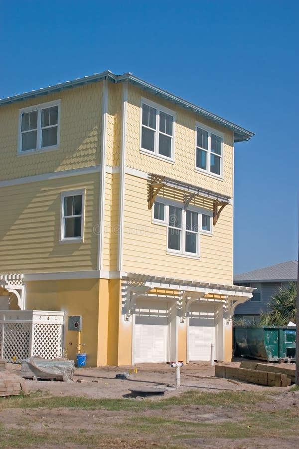 budowa domu na plaży żółty obraz royalty free