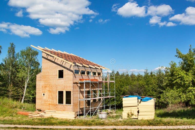 Budowa drewniany dach w ekologicznym domu Zewnętrznie praca na budynek kopercie Drewniana struktura domu ne fotografia royalty free