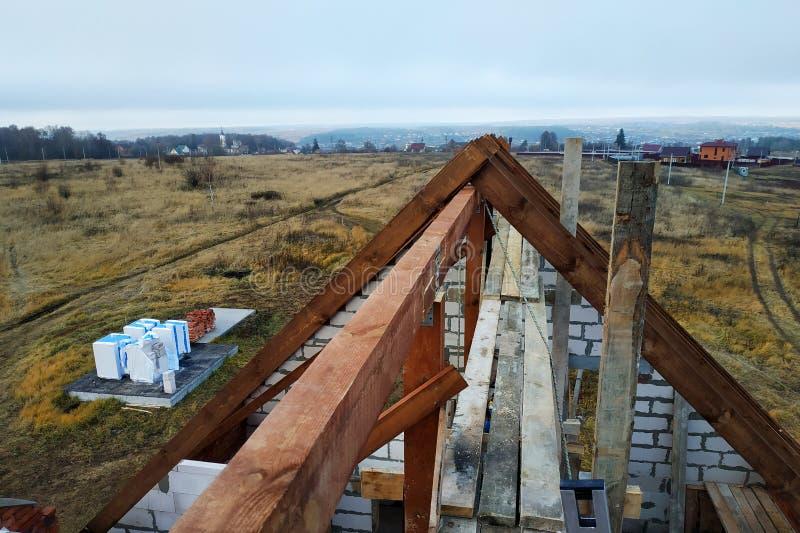 budowa drewniany dach wyginający się flisacy na początku dachowej budowy fotografia stock