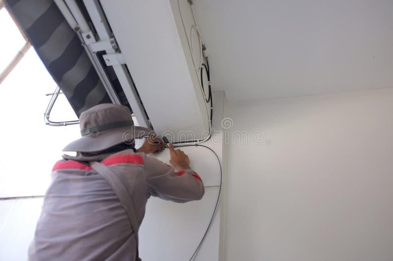 Budowa elektryk Pracownik z Elektrycznymi kablami zdjęcia stock