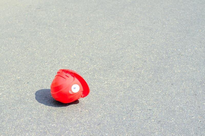 Budowa hełma lying on the beach na bruku Niebezpieczny wypadek w magazynie podczas gdy pracujący zdjęcie royalty free