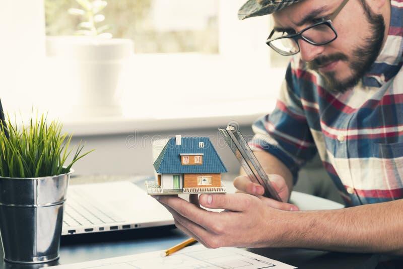 Budowa inżynier bierze pomiary nowego domu projekt fotografia stock