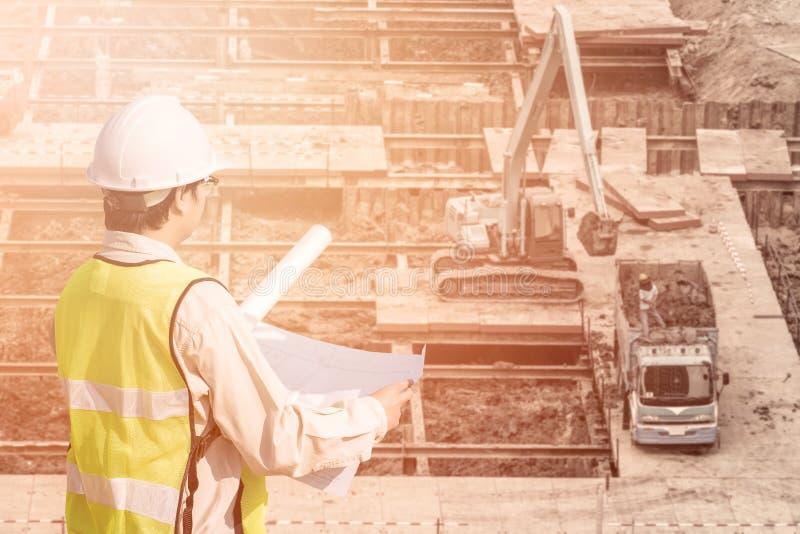 Budowa inżynier sprawdza budowa rysunek obrazy stock