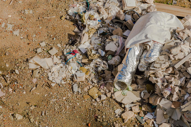 Budowa jałowi gruzy, śmieciarskie cegły i materiał od demonstraci, zdjęcie royalty free