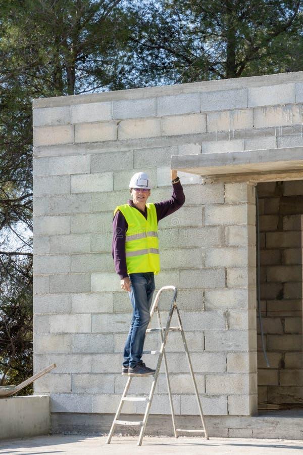Budowa kierownik w zbawczej przekładni na drabinowy domowy w budowie, zdjęcia royalty free