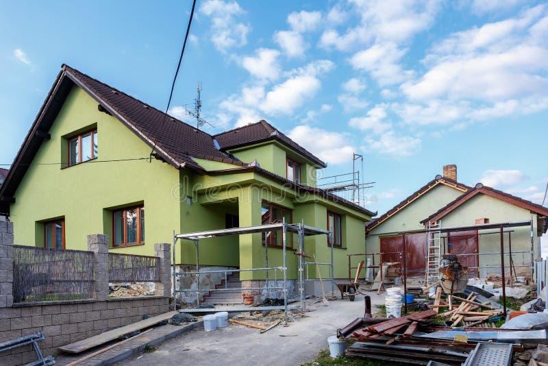 Budowa lub naprawa wiejski dom obrazy royalty free