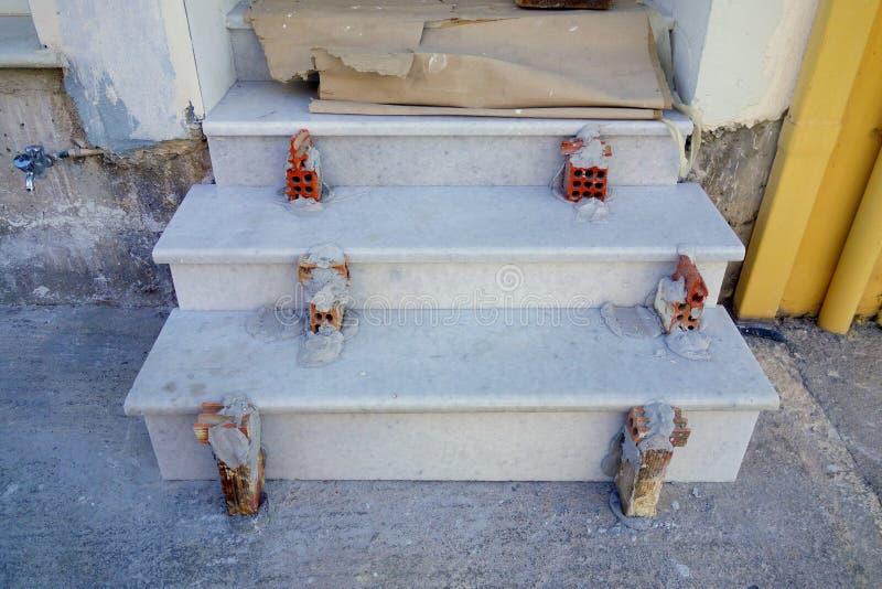 Budowa; Marmurowe cegiełki na betonowych progach, Grecja fotografia stock
