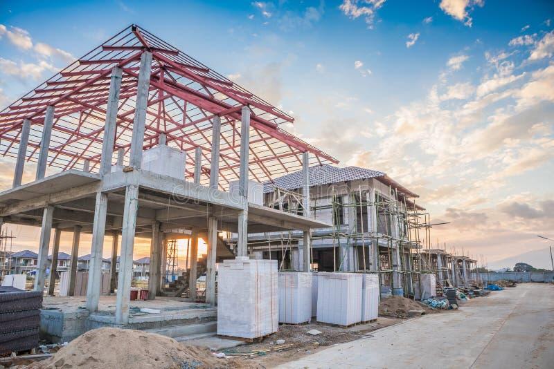 Budowa mieszkaniowy nowy dom w toku przy placem budowy obrazy royalty free
