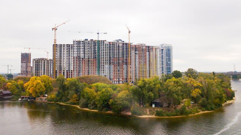 Budowa multistorey budynek blisko rzeki w jesieni fotografia stock