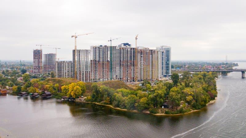 Budowa multistorey budynek blisko rzeki w jesieni obraz stock