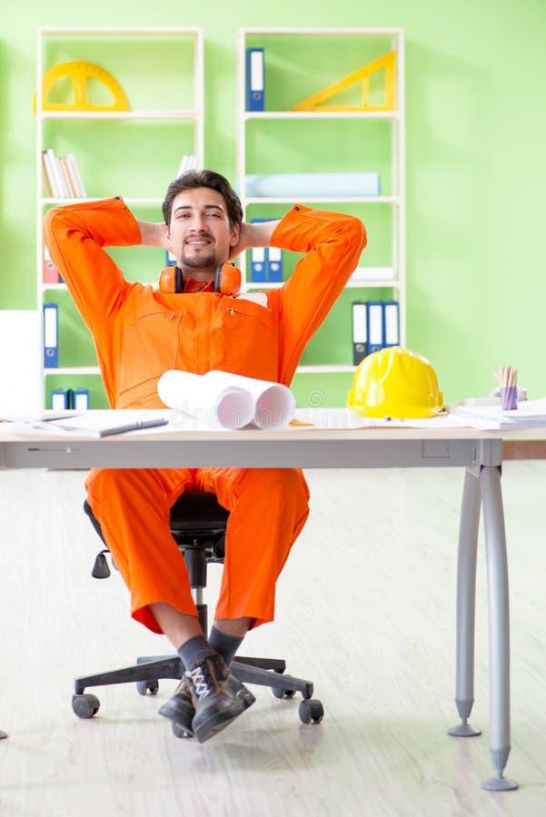 Budowa nadzorca planuje nowego projekt w biurze obrazy stock