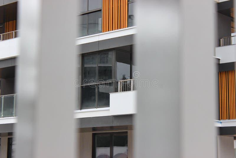Budowa nowożytni budynki mieszkalni kombinacja różni materiały i tekstury w projekcie dogodny układ obrazy royalty free